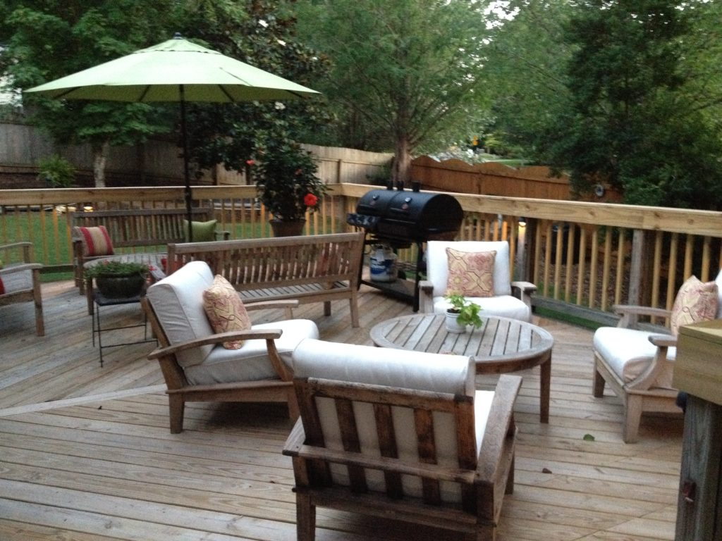 Outdoor patio makeover and diy outdoor dining table for Deck makeover on a budget