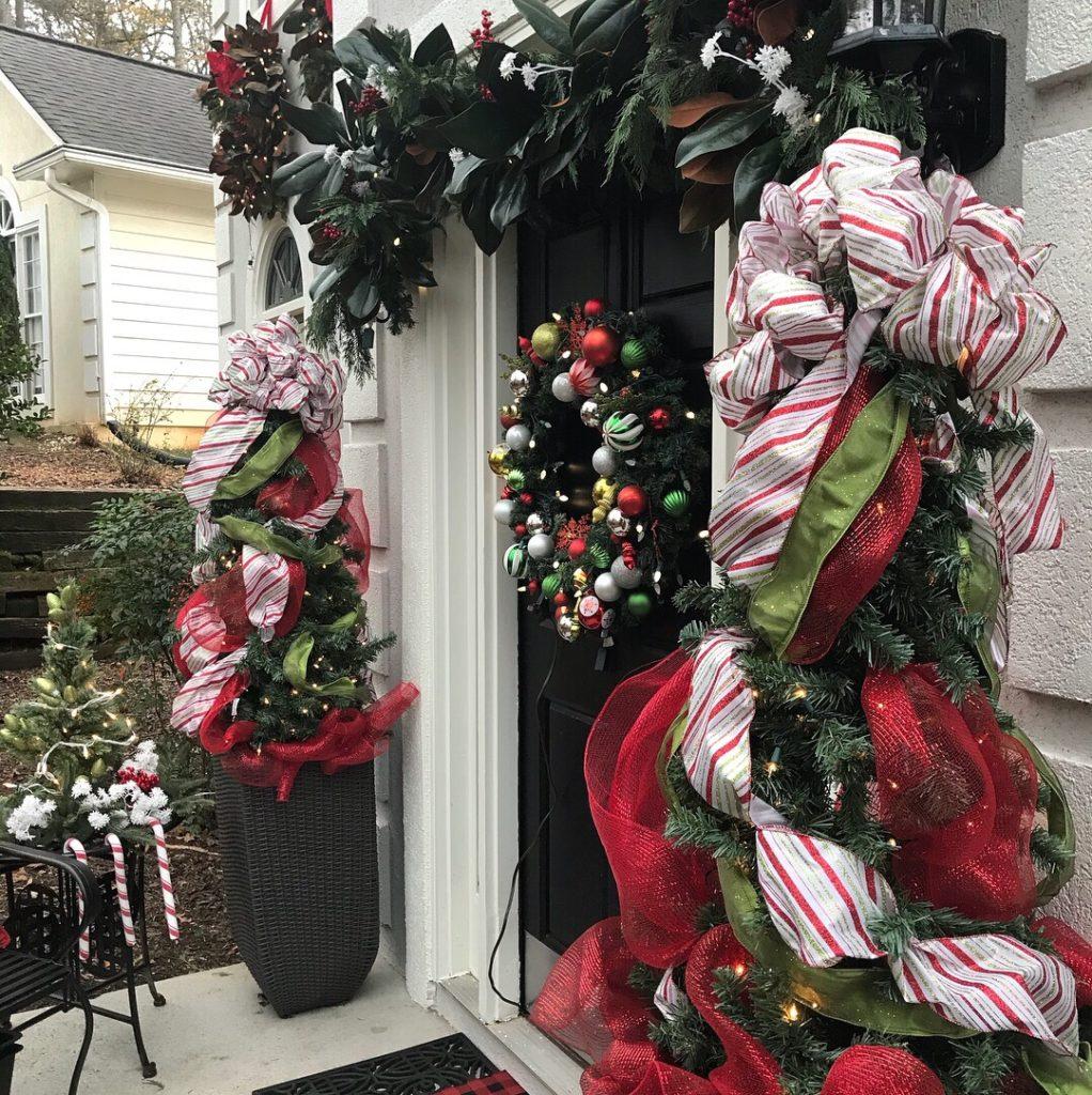 Christmas Wreath, DIY Magnolia Wreath, magnolia decor, outdoor wreath, wreaths, front door holiday decor, entryway Christmas swag